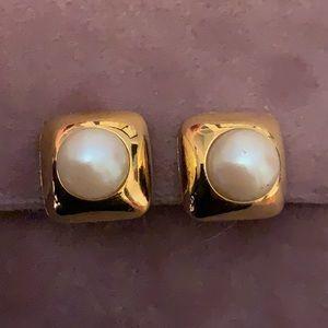 6/$25 - Vintage Richelieu Pearl Earrings